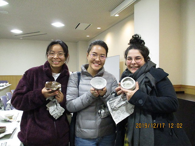 Maple students receive their pottery (Tamba-yaki pottery)